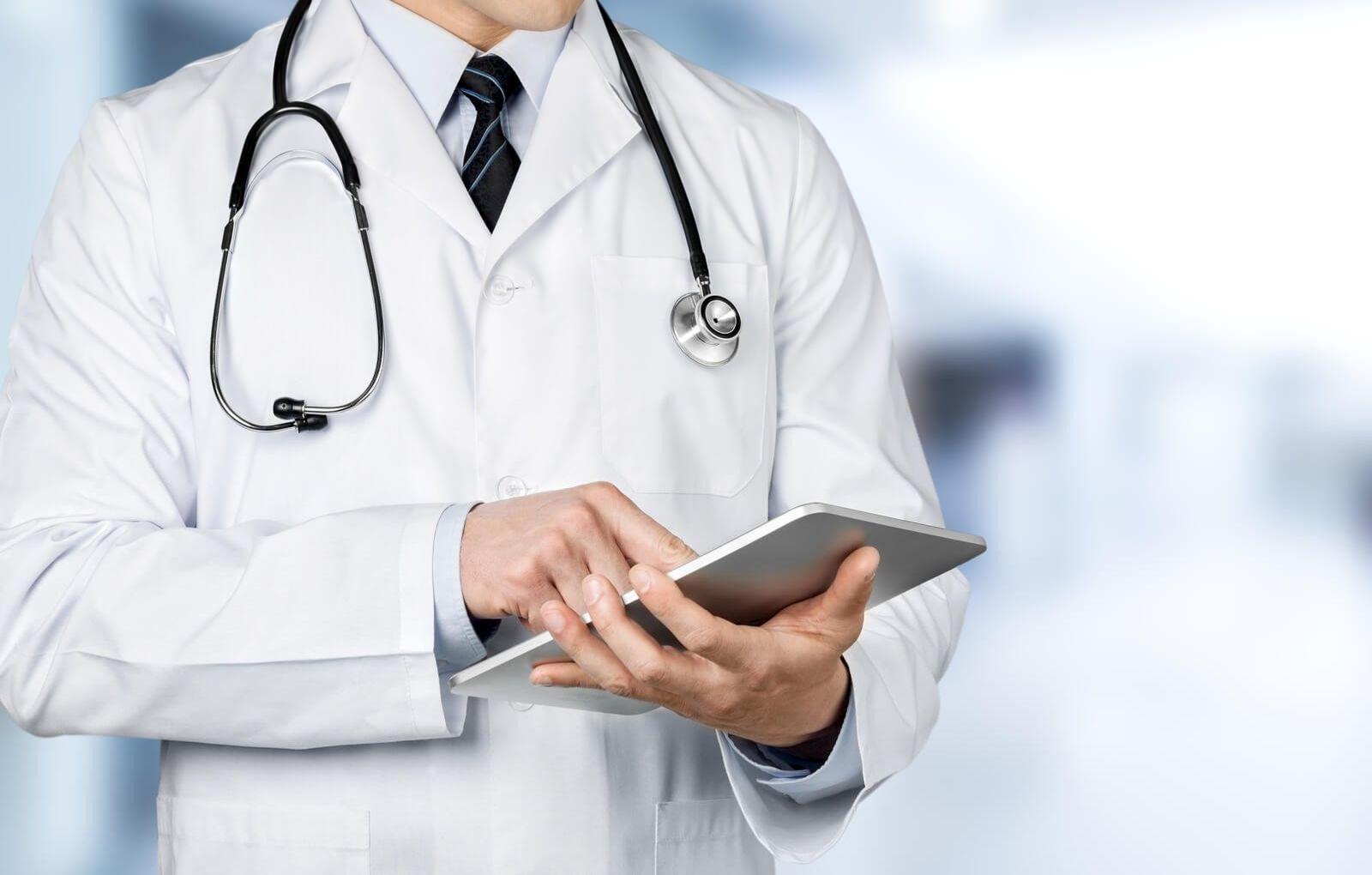 Лечение гарднереллеза Лечение бактериального вагиноза у женщин заключается в решении трех основных задач. В их числе: уменьшение высокой концентрации условно патогенных бактерий гарднерелл во влагалище; восстановление нормальной молочно-кислой микрофлоры влагалища; восстановление «функциональной целостности» слизистой оболочки влагалища. Для решения первой задачи, целью которой, как указано выше, является уменьшение концентрации во влагалище условно патогенных бактерий гарднерелл, пациентке назначают курс специальных антибактериальных препаратов, иногда в сочетании с местными лечебными процедурами. От этого эффективность лечения только возрастает. Для скорейшего и полного восстановления нормальной молочно-кислой микрофлоры влагалища широко применяют так называемые биопрепараты и иммуномодуляторы. При лечении бактериального вагиноза необходимо обратить особое внимание на анатомо-функциональное состояние и характер биоценоза толстого кишечника. Если у пациентки существуют дисбактериоз кишечника или какие-либо проктологические проблемы, то их нужно устранить перед тем как приступить к лечению вагинального дисбиоза. Обычно курс лечения гарднереллез длится около 7 дней. О достигнутом клиническом эффекте лечения можно объективно судить по исчезновению симптомов. По окончании лечения проводят контрольное цитологическое и бактериологическое исследования. В период проведения лечения необходимо полностью отказаться от «незащищенных» половых контактов с половым партнером (половыми партнерами). Любая интимная связь должна сопровождаться использованием презерватива. Лечение гарднереллезного уретрита у мужчин сводится к назначению местного лечения в сочетании с иммунотерапией. Это делают в тех случаях, если у мужчины снижен иммунитет.