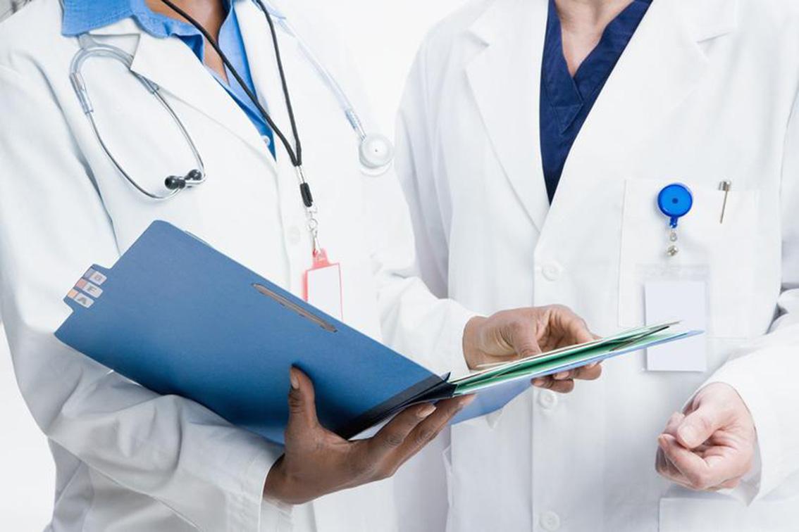 Показания к сдаче анализа Определение уровня КЭА/РЭА широко практикуется у пациентов, которые обращаются к врачу проктологу с жалобами на выделение крови и слизи из прямой кишки, болевой синдром в животе, длительные немотивированные запоры, а также для всех пациентов врача колопроктолога, чей возраст превышает 45 лет. Повышение уровня КЭА/РЭА в сыворотке крови является тревожным прогностическим сигналом и абсолютным показанием к началу углубленного обследования прямой кишки и толстой кишки. Если у Вас при случайном обследовании у врача проктолога выявлено повышение уровня КЭА/РЭА – то Вам необходима срочная консультация опытного врача онколога.